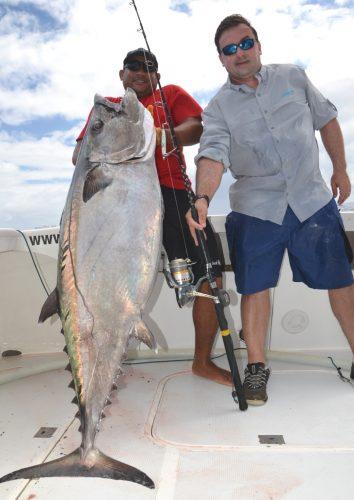 Benoît et son thon à dents de chien de 53kg - Rod Fishing Club - Ile Rodrigues - Maurice - Océan Indien