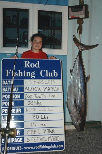Cécile et son thon à dents de chien record du monde de 28.5kg - Rod Fishing Club - Ile Rodrigues - Maurice - Océan Indien