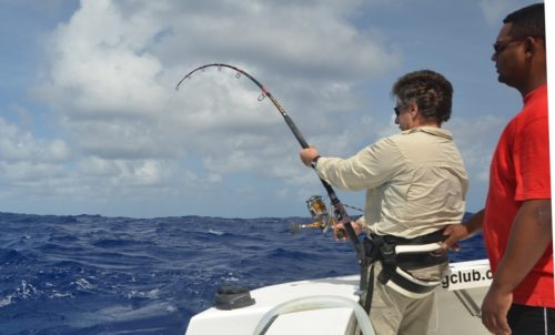 Claudius en combat avec Stella 20000 double poignées en Heavy Spinning - Rod Fishing Club - Ile Rodrigues - Maurice - Océan Indien