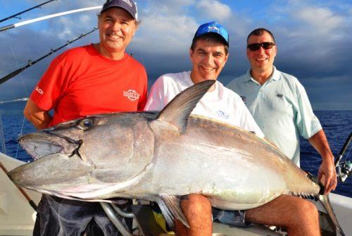 Valero au centre avec son thon à dents de chien de 63kg Rod Fishing Club - Ile Rodrigues - Maurice - Océan Indien
