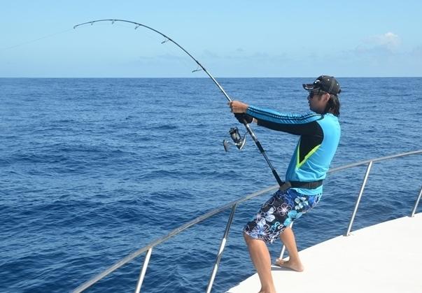 Jigging Master Israel en combat - Rod Fishing Club - Ile Rodrigues - Maurice - Océan Indien