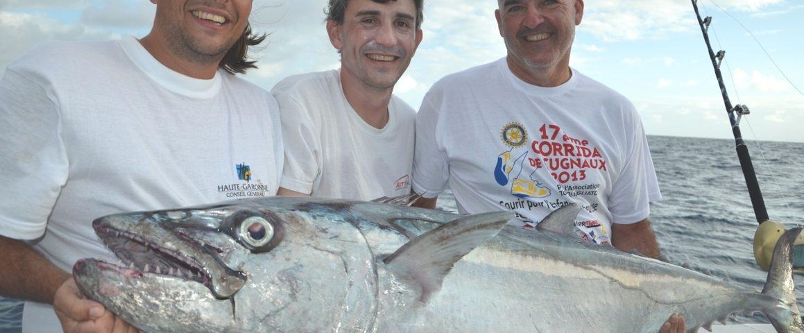 Photo de famille avec un joli thon à dents de chien - Rod Fishing Club - Ile Rodrigues - Maurice - Océan Indien