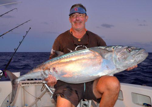 marc-et-son-thon-à-dents-de-chien-de-35kg-sur-le-banc-de-l-est-rod-fishing-club-rodrigues-ile-maurice-ocean-indien