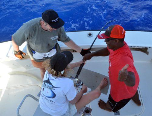 combat-difficile-pour-christine-sur-un-thon-jaune-recalcitrant-rod-fishing-club-ile-rodrigues-maurice-ocean-indien