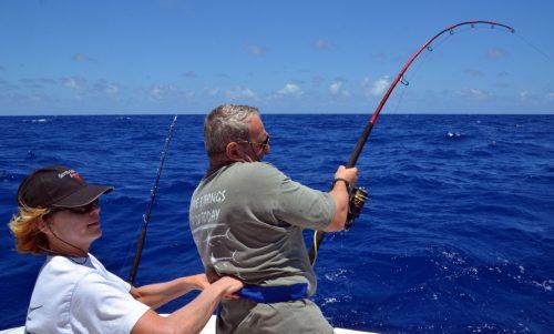 rude-combat-avec-un-requin-pointe-blanche-pris-en-jigging-par-philippe-rod-fishing-club-ile-rodrigues-maurice-ocean-indien