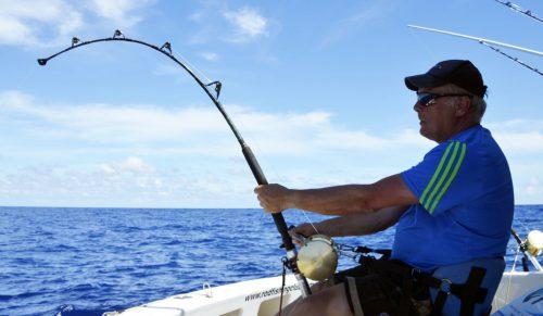 Jean Philippe travaillant un requin bouledogue de 500lbs avant relâche - www.rodfishingclub.com - Ile Rodrigues - Maurice - Océan Indien