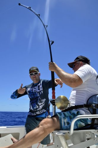 Pere et fils en combat - www.rodfishingclub.com - Rodrigues - Maurice - Océan Indien
